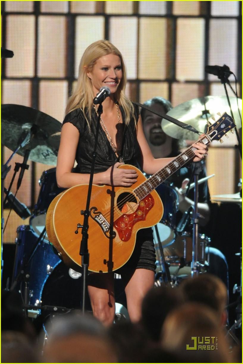 gwyneth paltrow cma performance 05