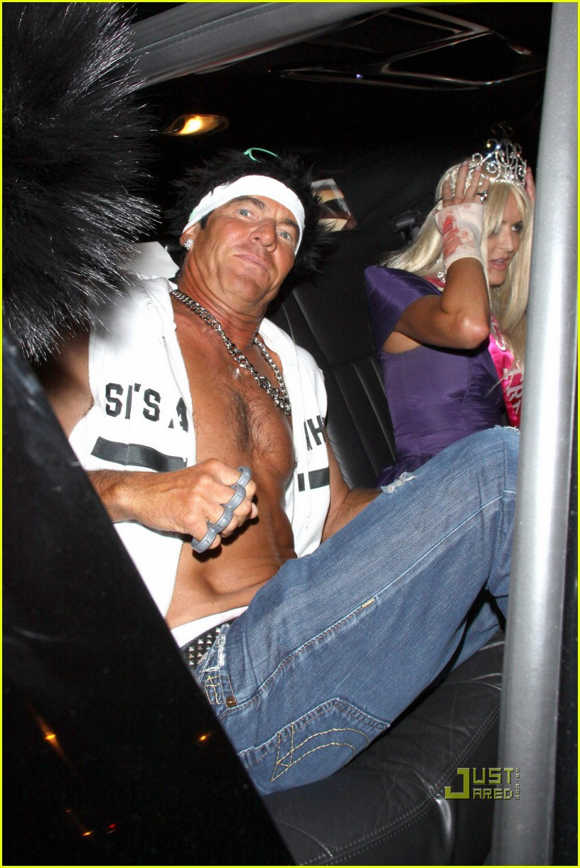 dennis quaid shirtless jersey shore guido for halloween 06