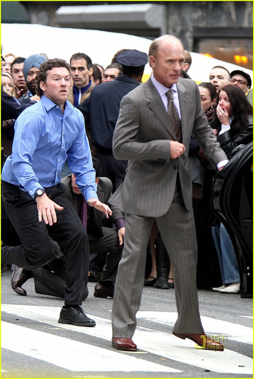 sam worthington lunges at ed harris for man on a ledge 102495589