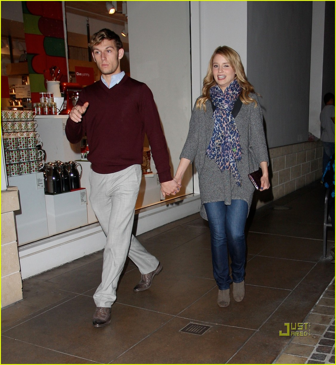 dianna agron alex pettyfer holding hands 03