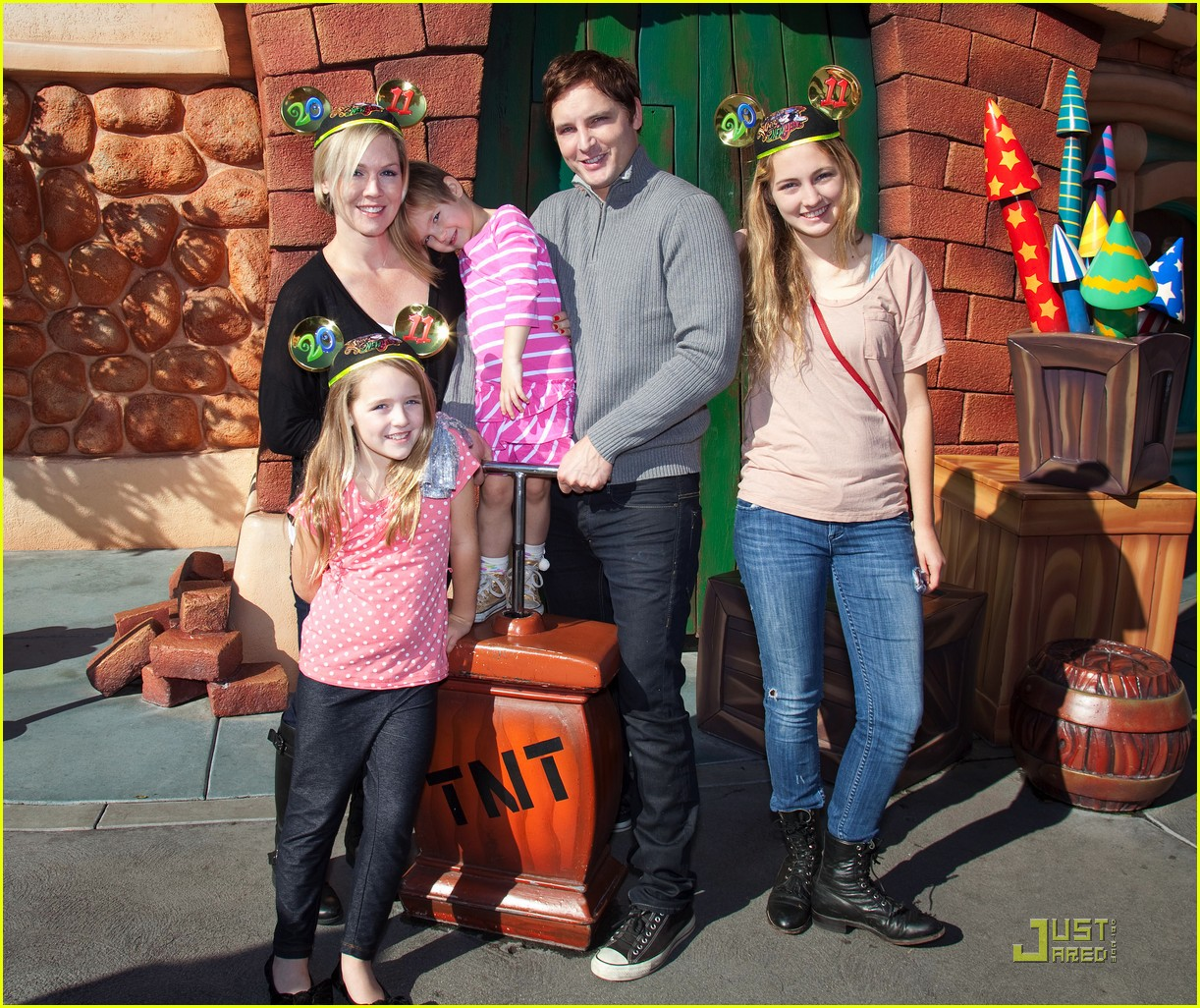 peter facinelli jennie garth daniel dae kim disneyland 01