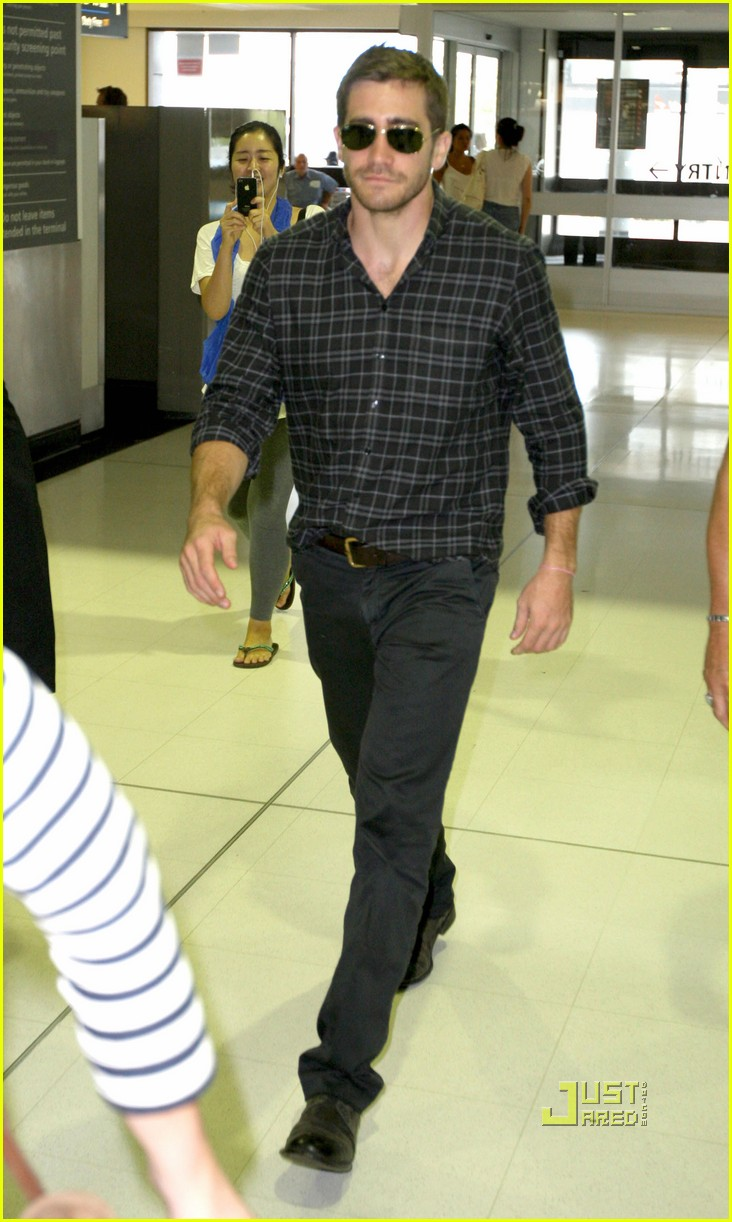 jake gyllenhaal flies out of sydney 01