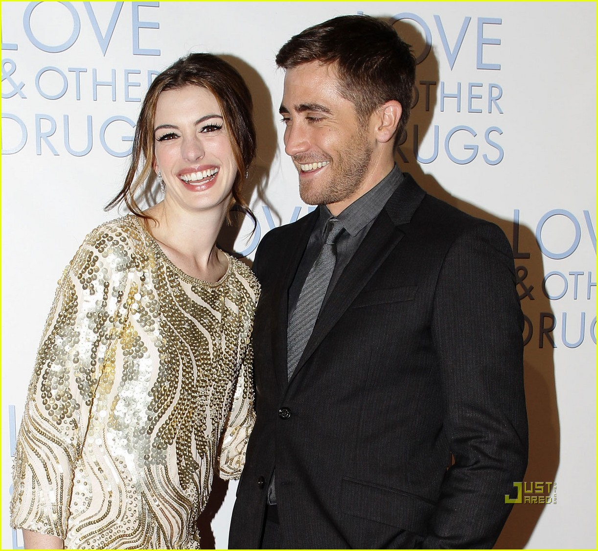 anne hathaway jake gyllenhaal love other drugs premiere sydney 01
