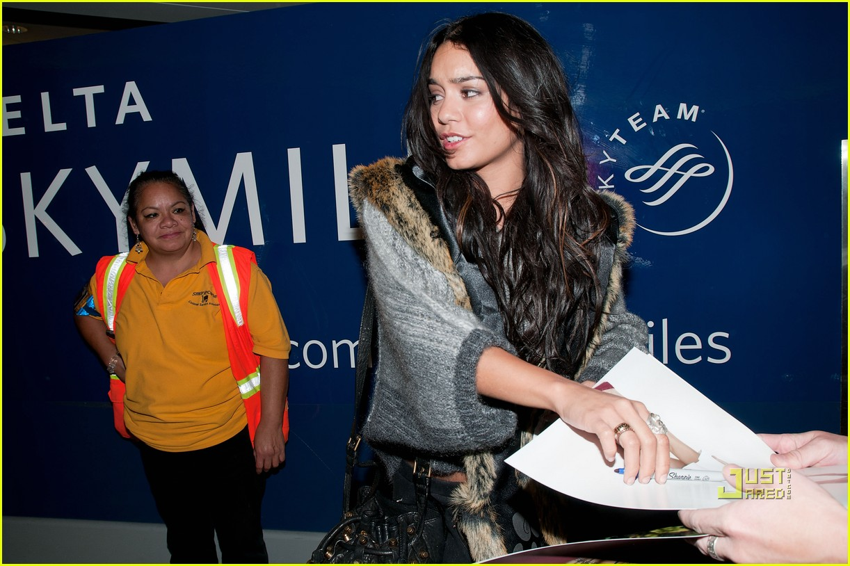 vanessa hudgens flight lax 02