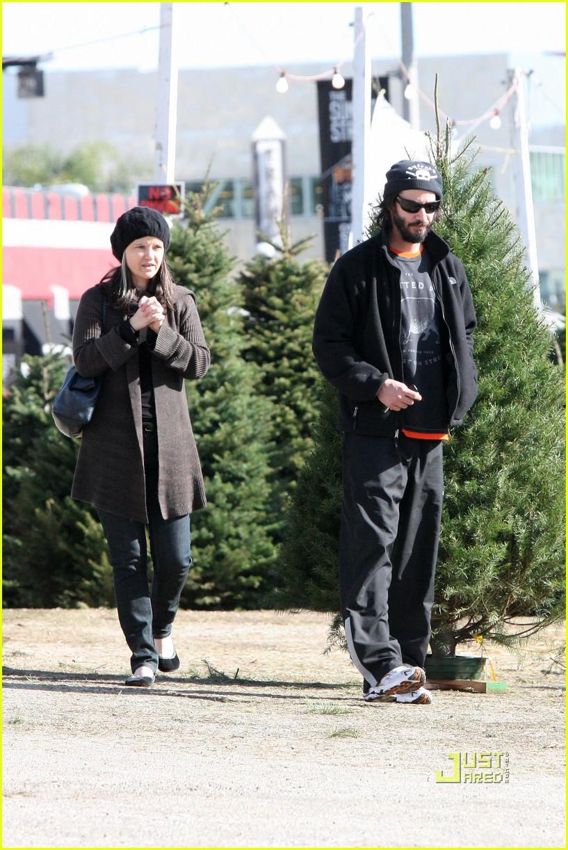 keanu reeves christmas tree shopping 132506382