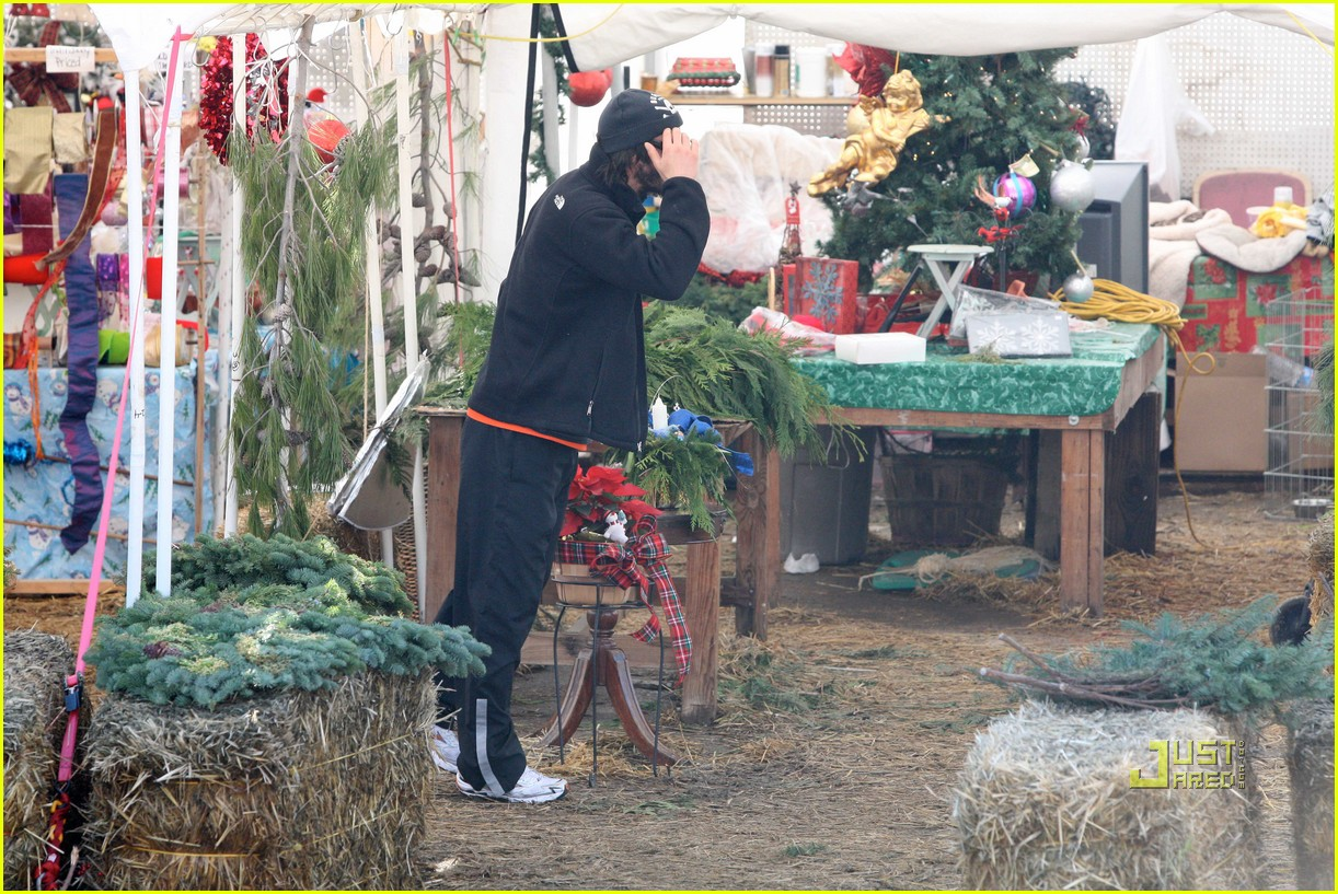 keanu reeves christmas tree shopping 19