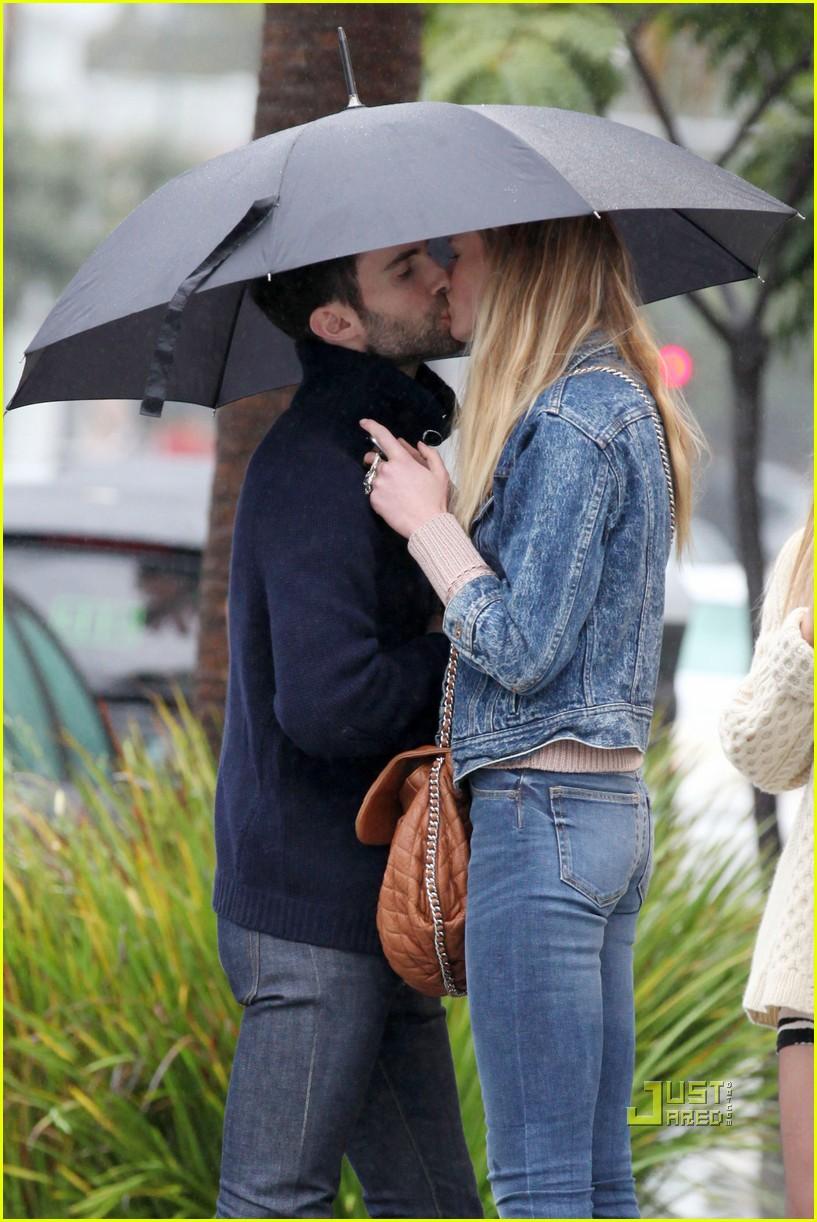 Adam Levine & Anne Vyalitsyna: Kiss Kiss!: Photo 2505080 ... Adam Levine And Anne Vyalitsyna Misery