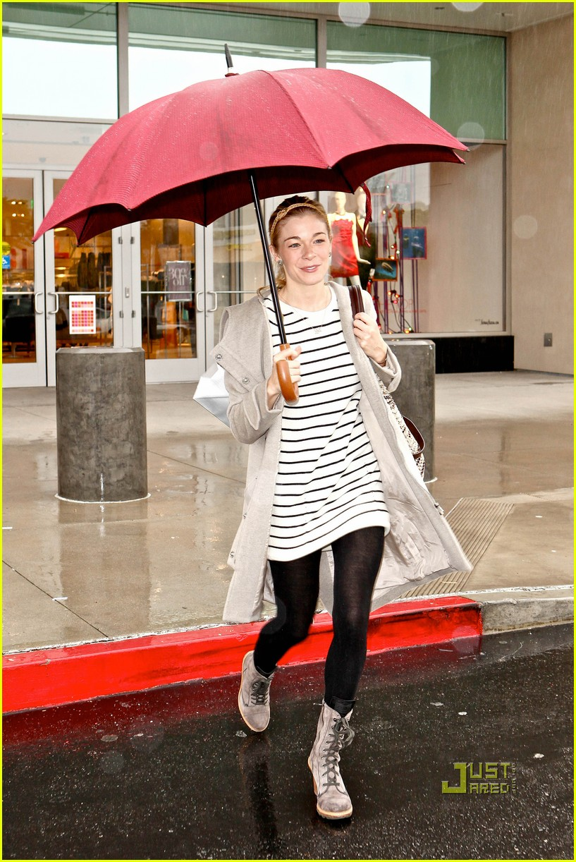 leann rimes umbrella mall 012505250