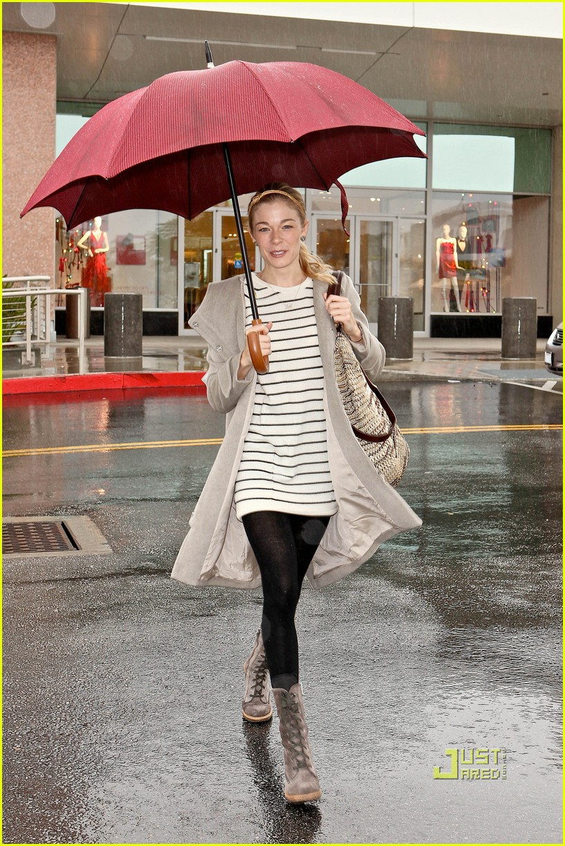 leann rimes umbrella mall 02
