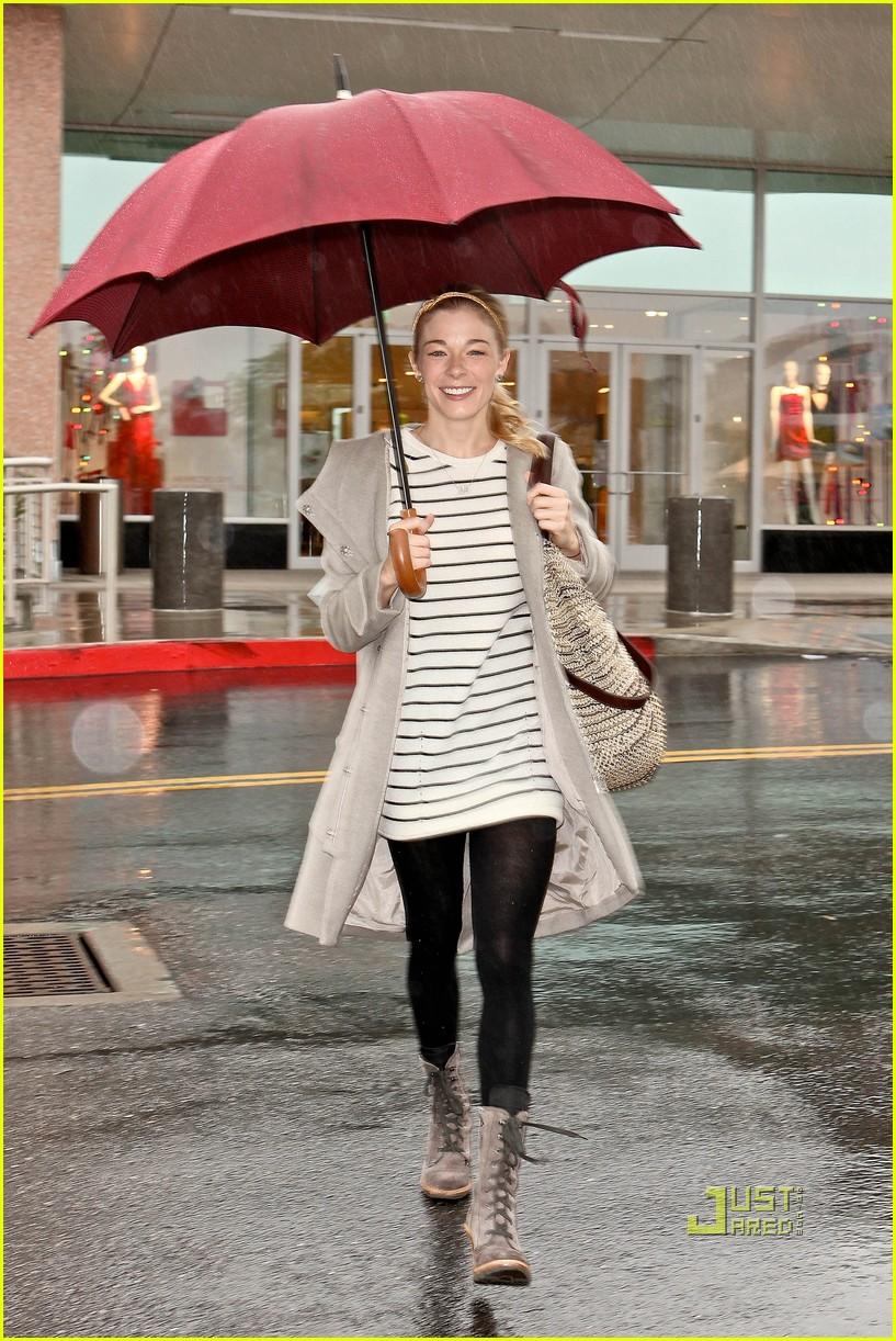 leann rimes umbrella mall 042505253