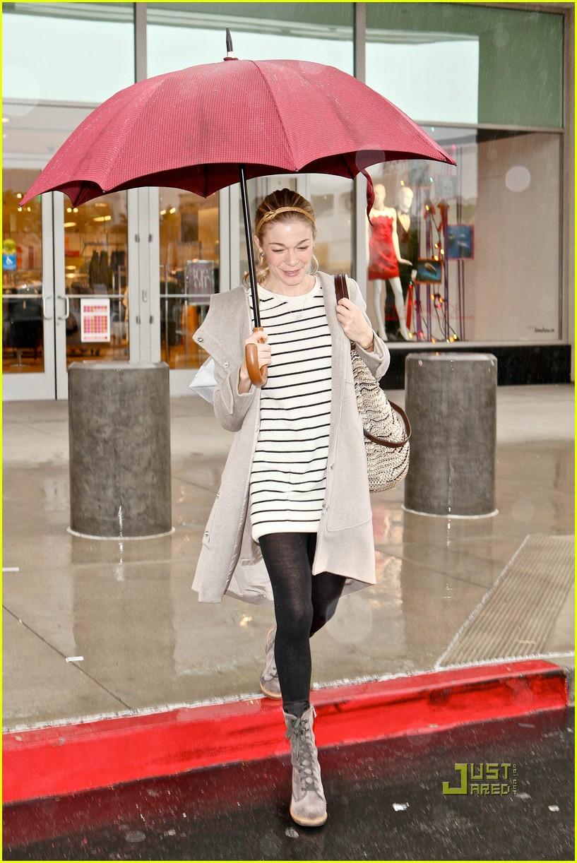leann rimes umbrella mall 052505254