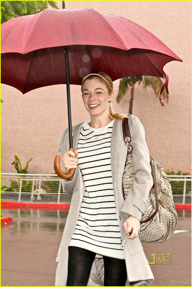 leann rimes umbrella mall 08