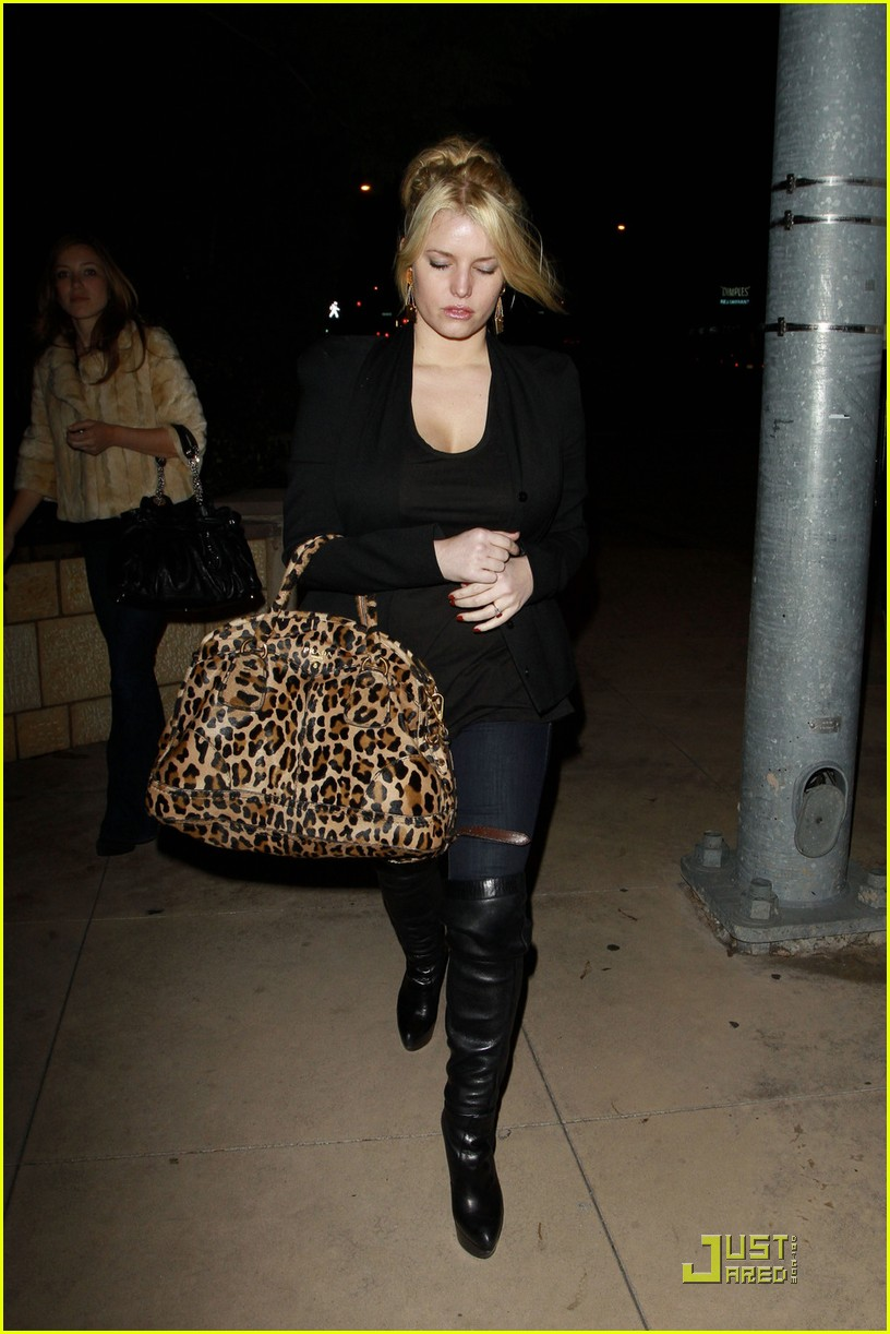 jessica simpson dinner at a steakhouse 03