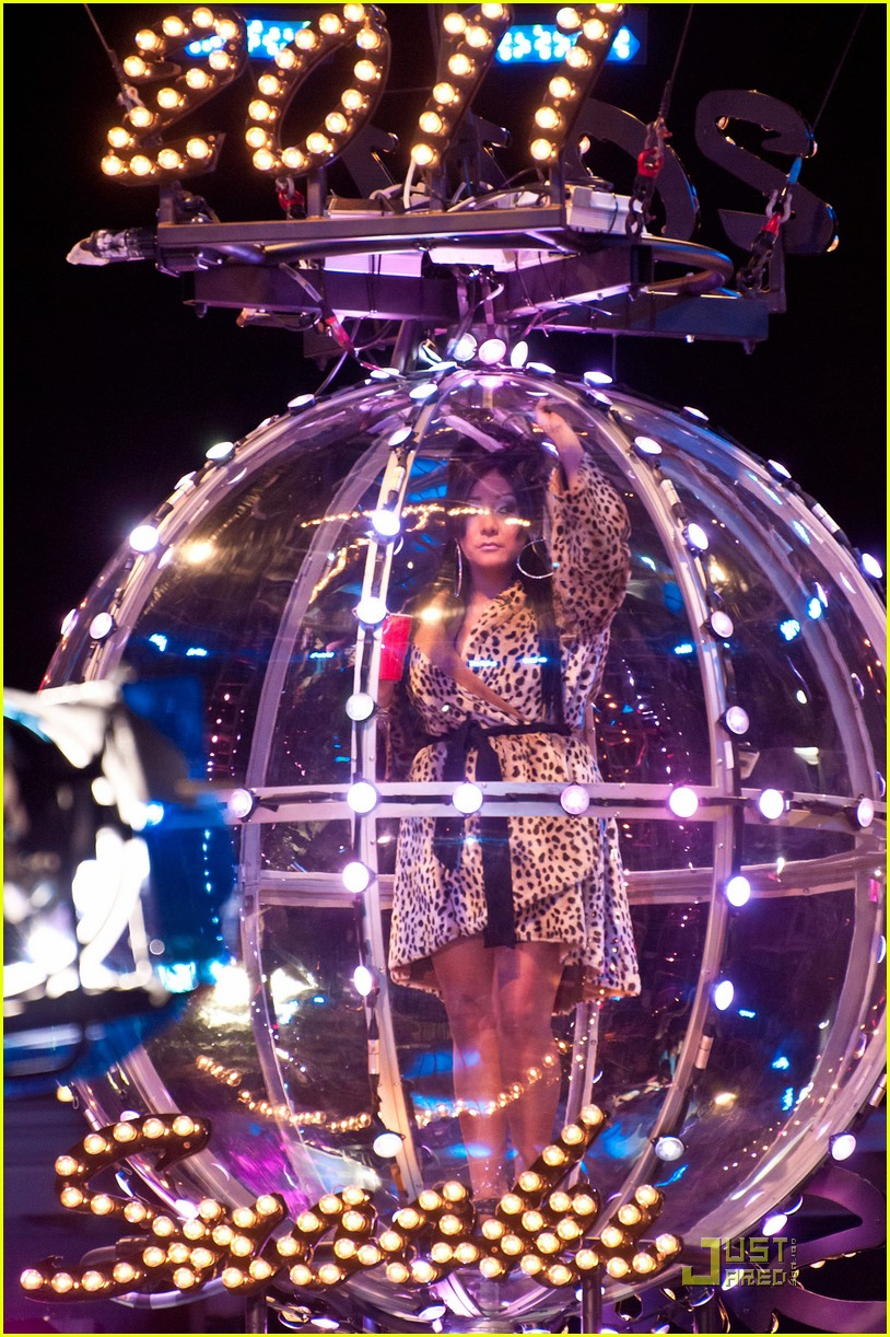 snooki new years eve ball drop preview 042507298