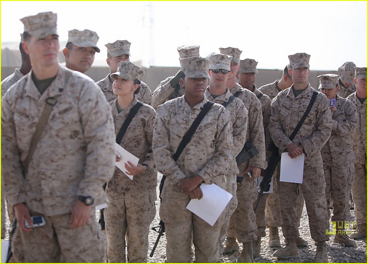 mark wahlberg salutes troops 062507266