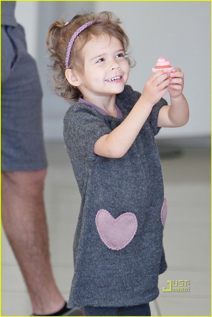 jessica alba honor heart sweater cupcakes 232513780