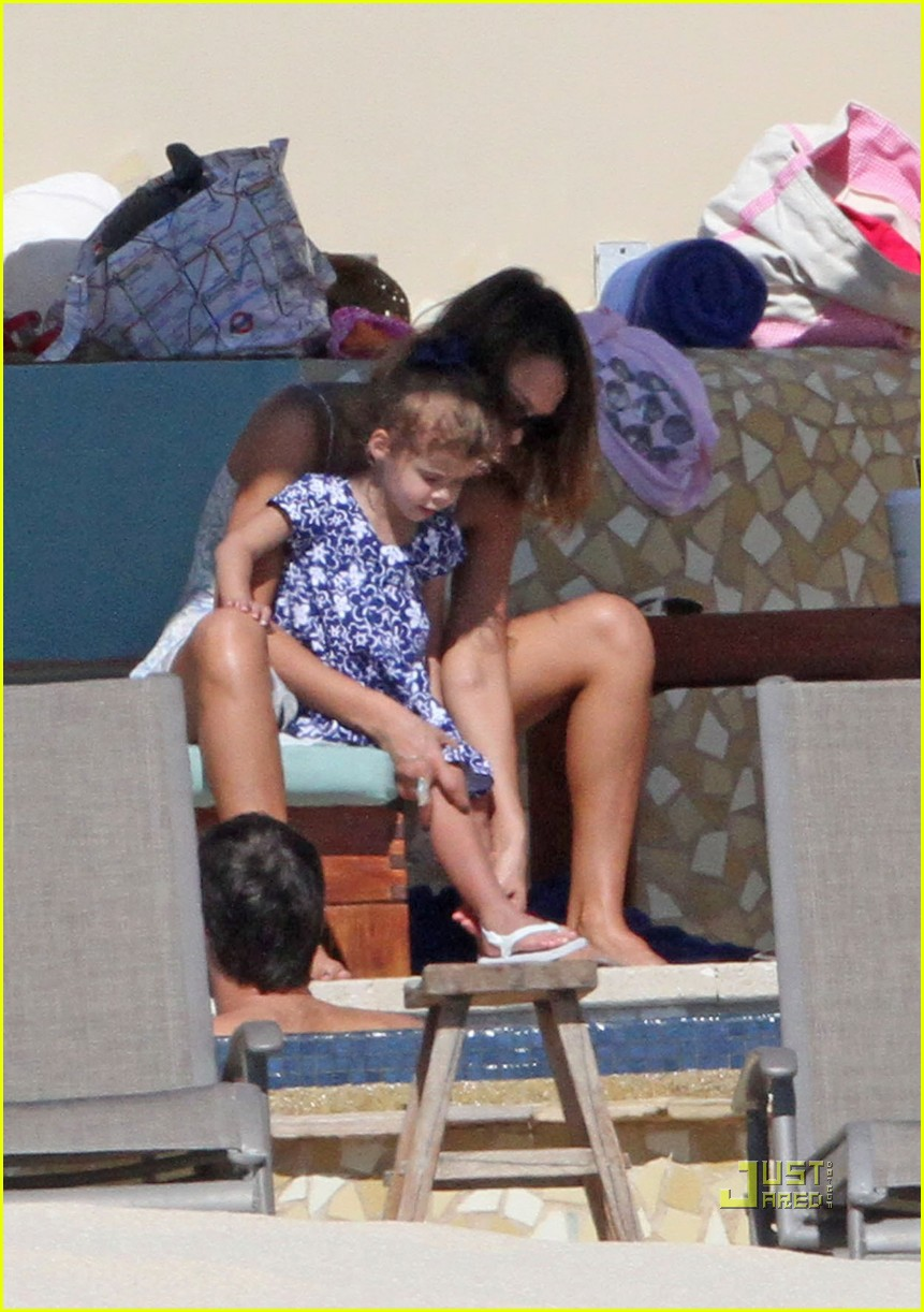 jessica alba honor new years day pool 02