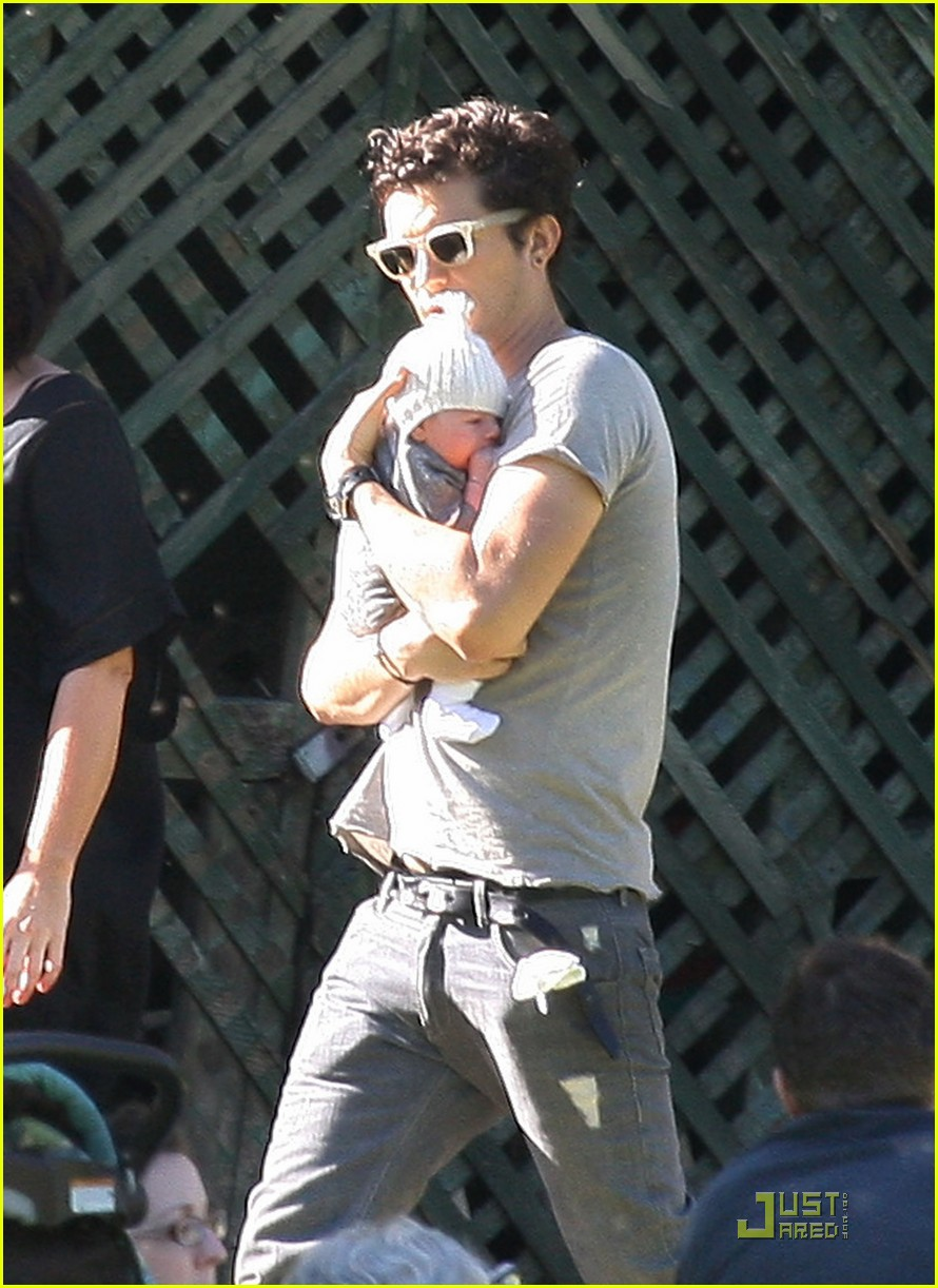 orlando bloom walk in the park with flynn 052513849
