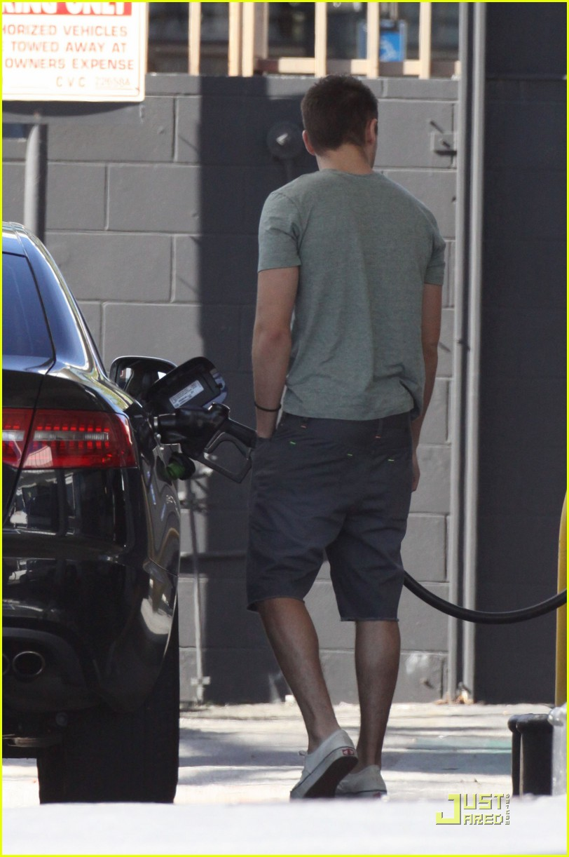 zac efron gas station 10