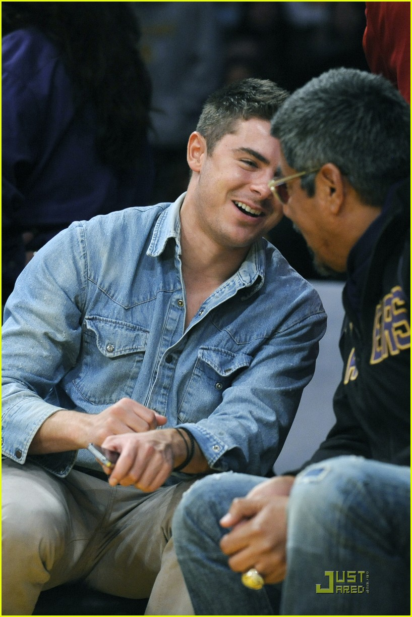 zac efron lakers game george lopez 04