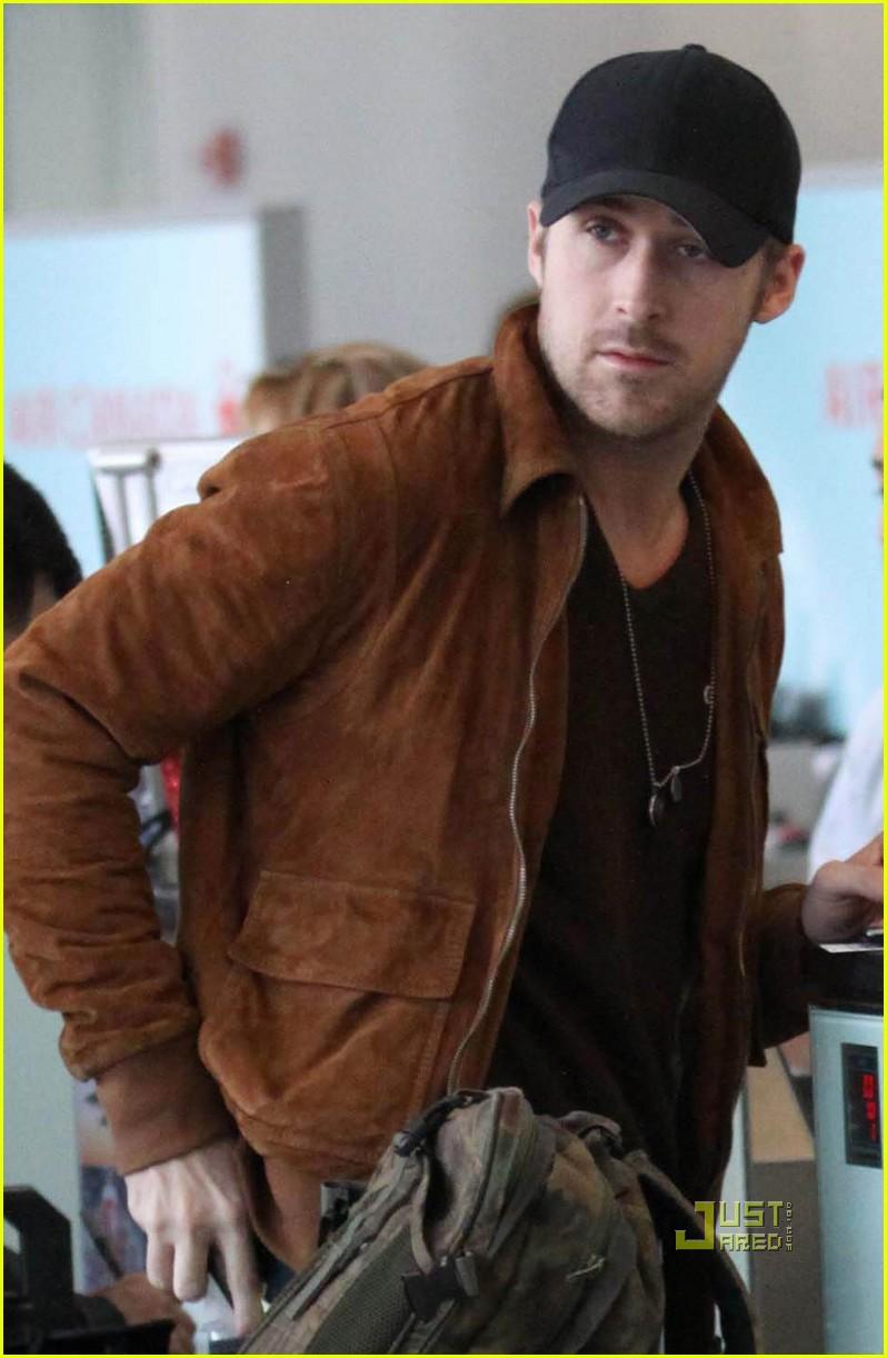 ryan gosling toronto airport 04