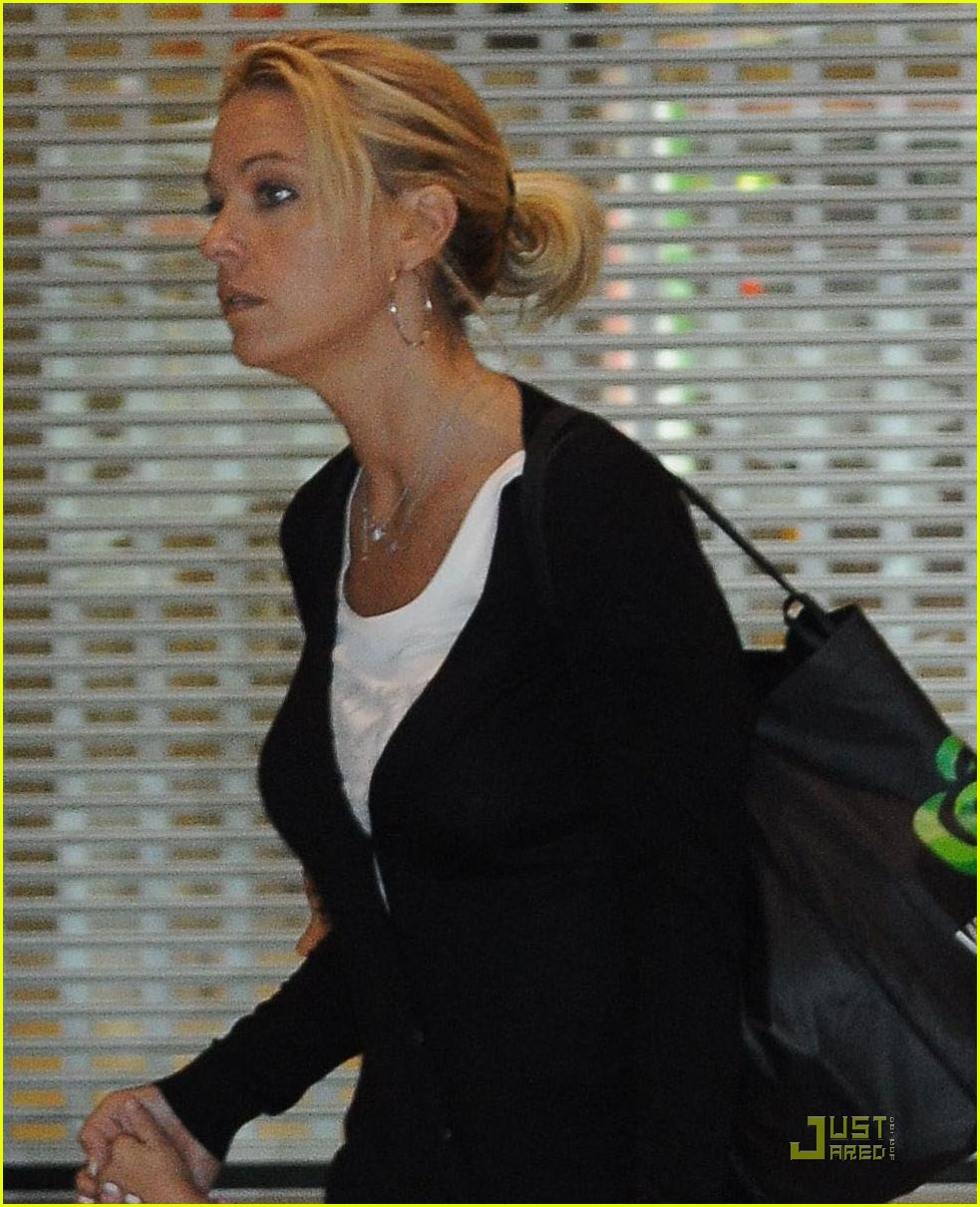 kate gosselin en route to new zealand 042509181