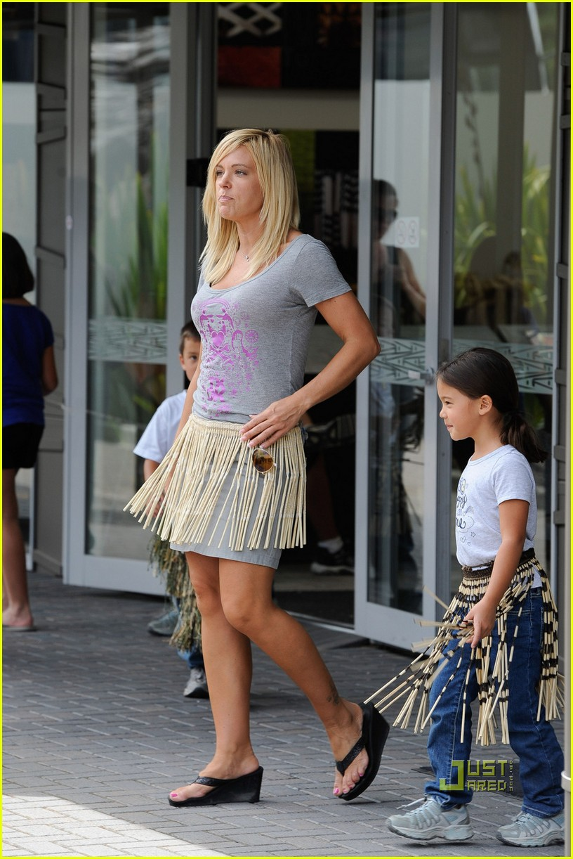 kate gosselin grass skirt new zealand 02