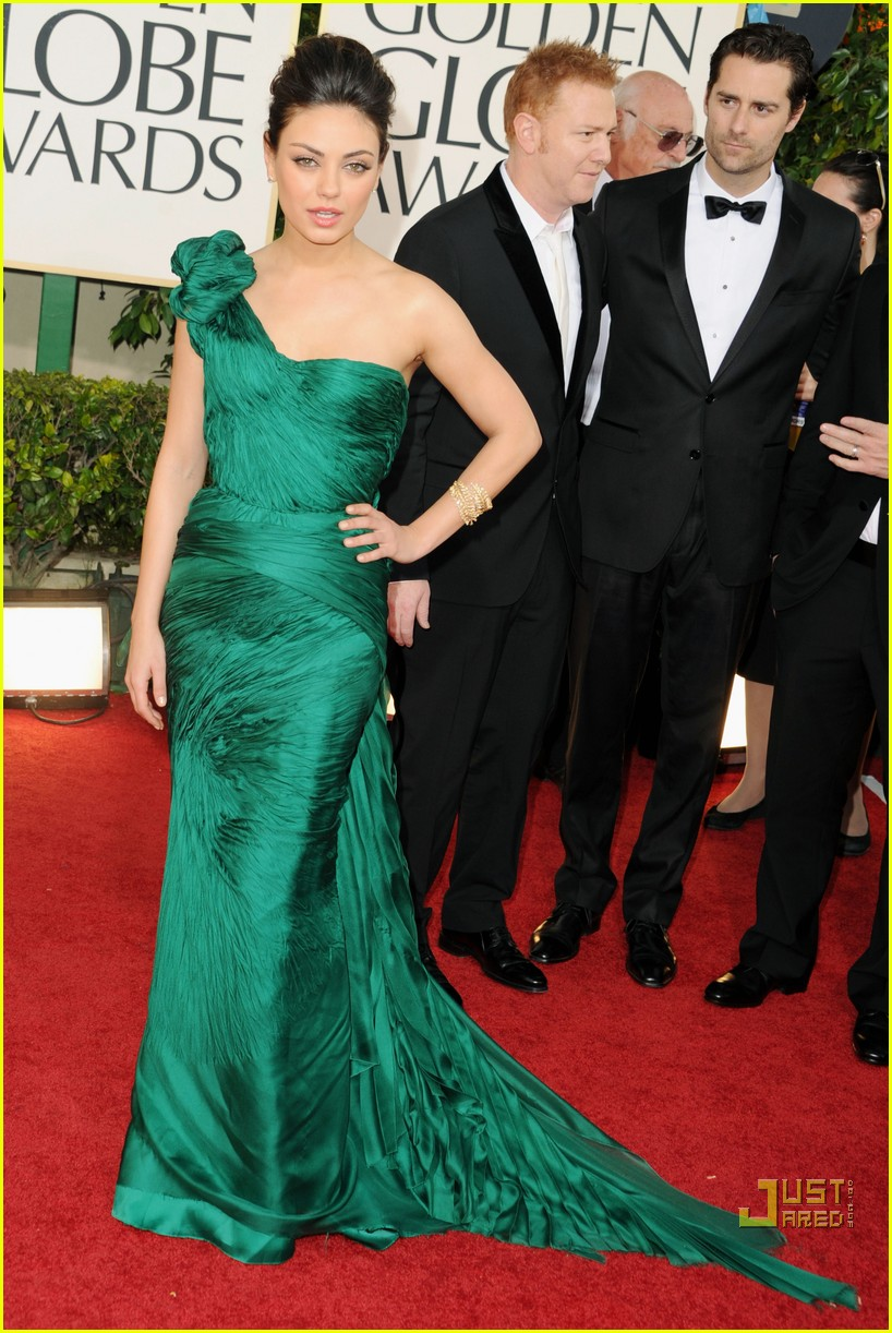 mila kunis golden globes red carpet 2011 01