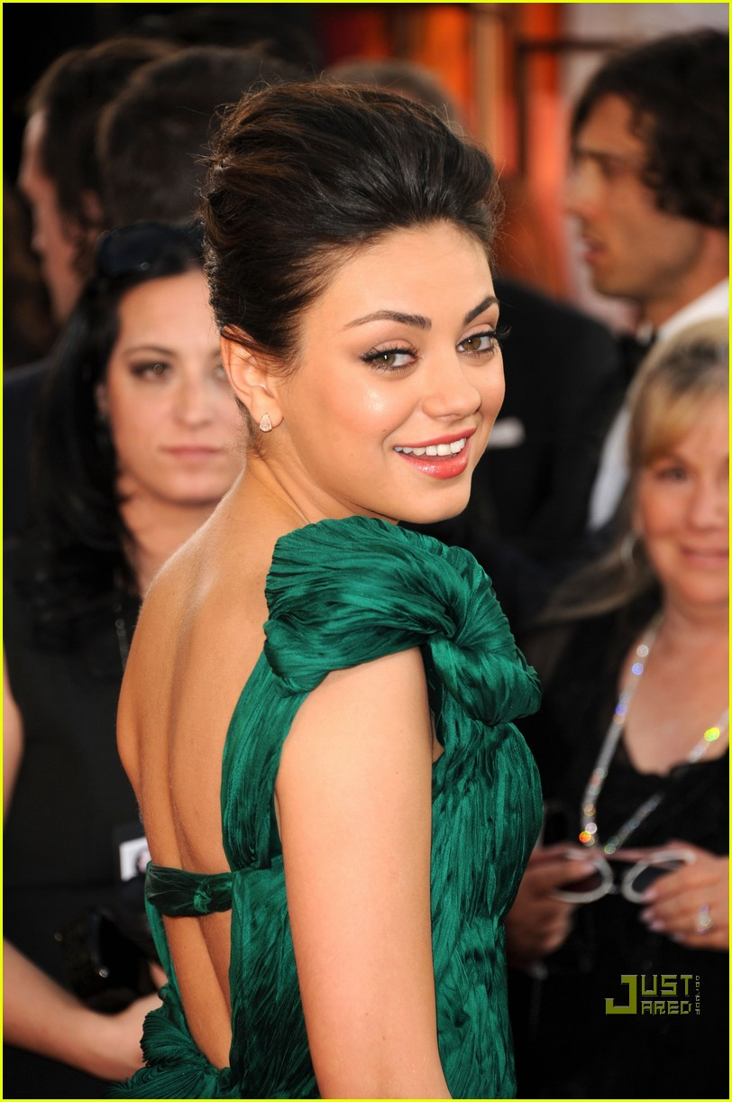mila kunis golden globes red carpet 2011 04