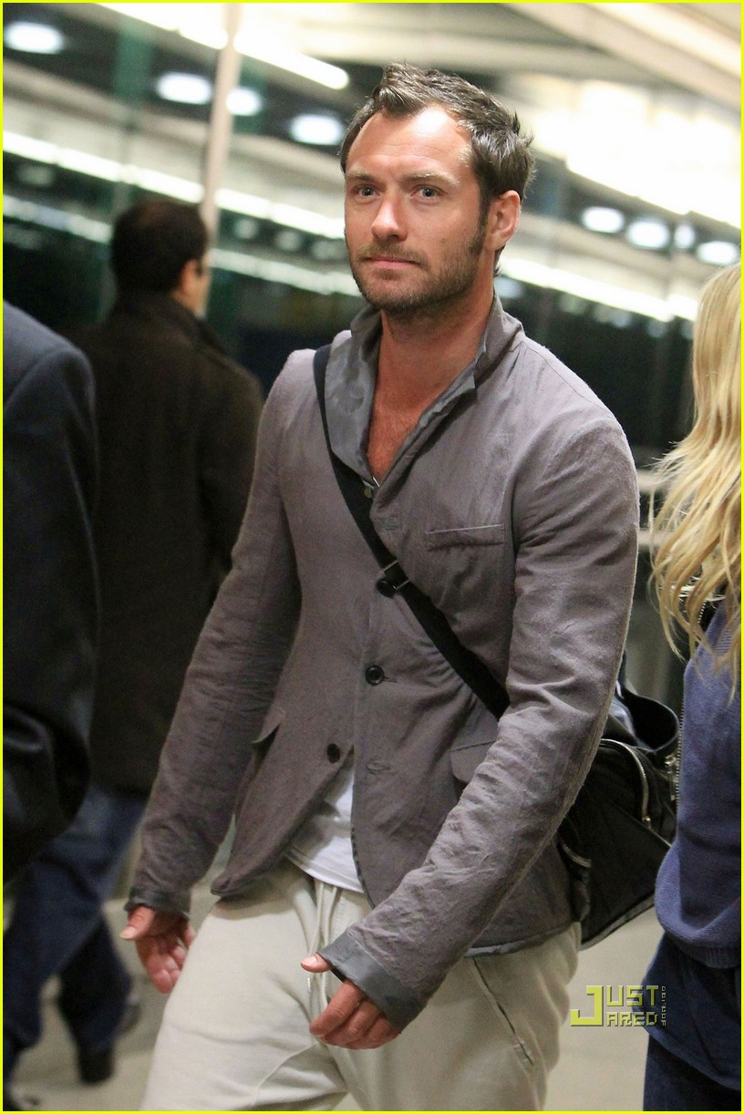 jude law sienna miller heathrow 082507972
