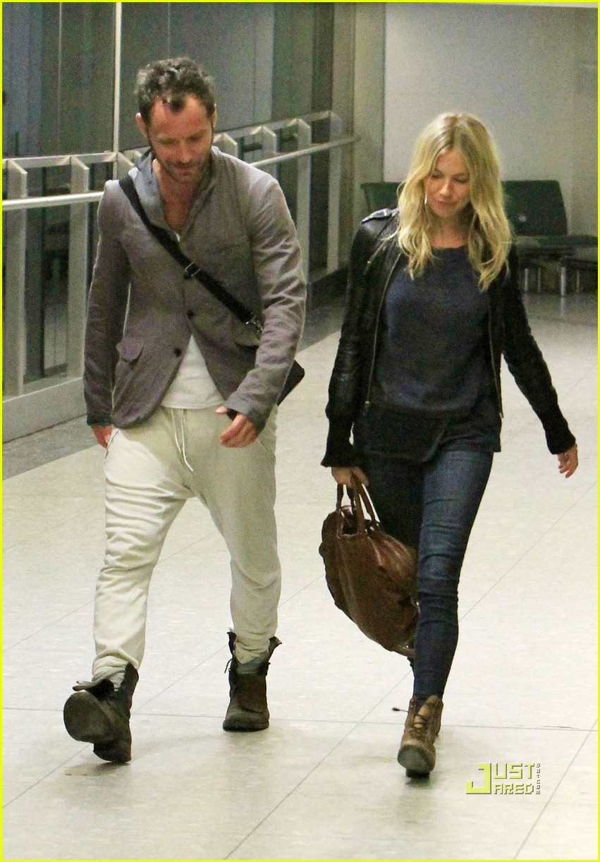 jude law sienna miller heathrow 092507973