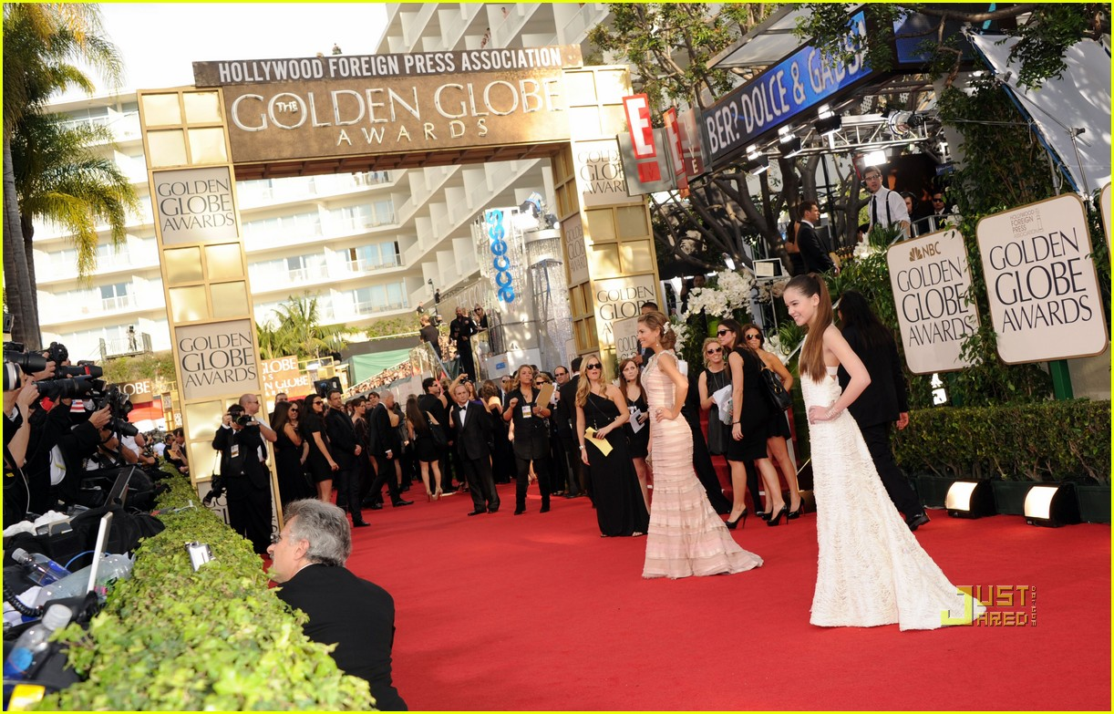 jennifer lawrence golden globes 2011 hailee steinfeld 102511739
