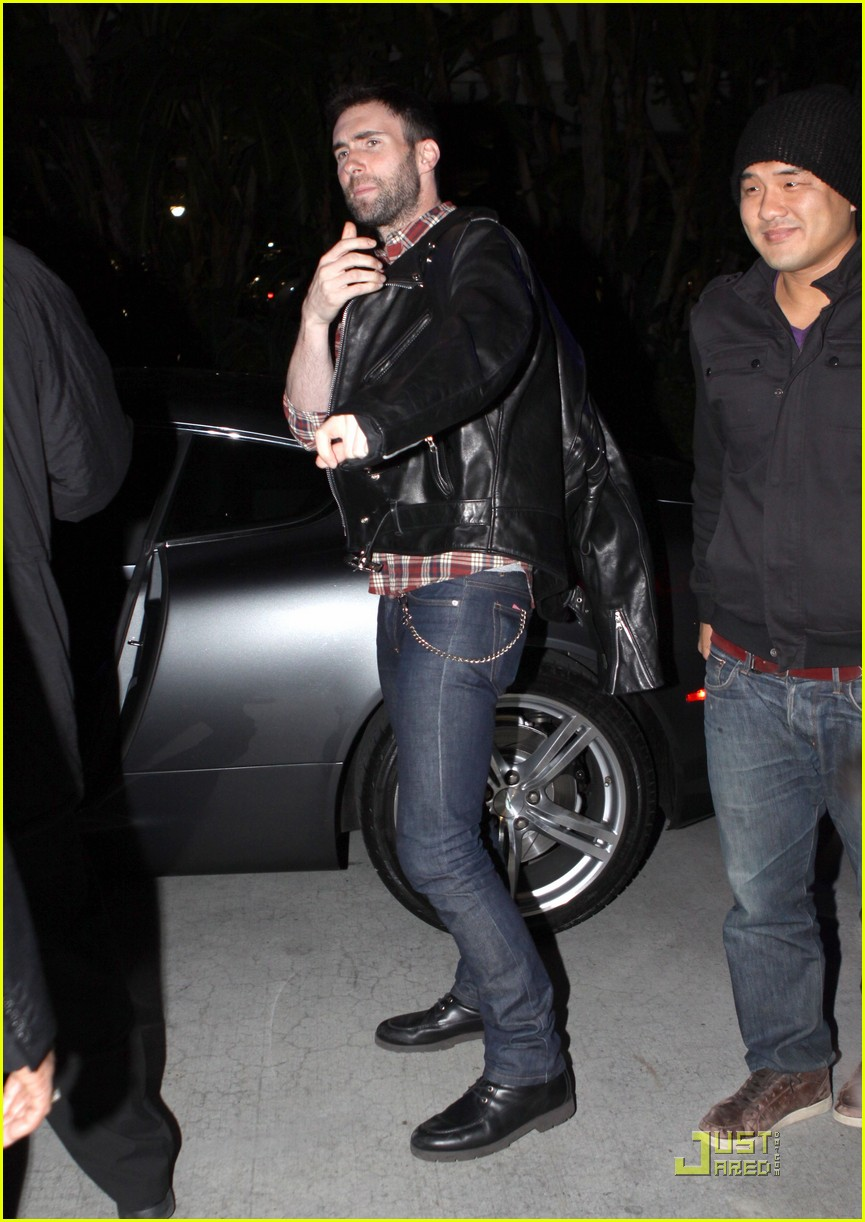 adam levine wears clothes for dinner 04