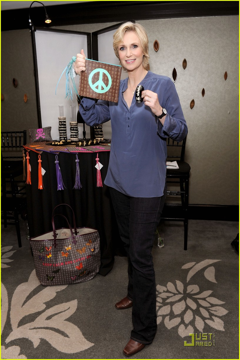 jane lynch access hollywood lounge 01