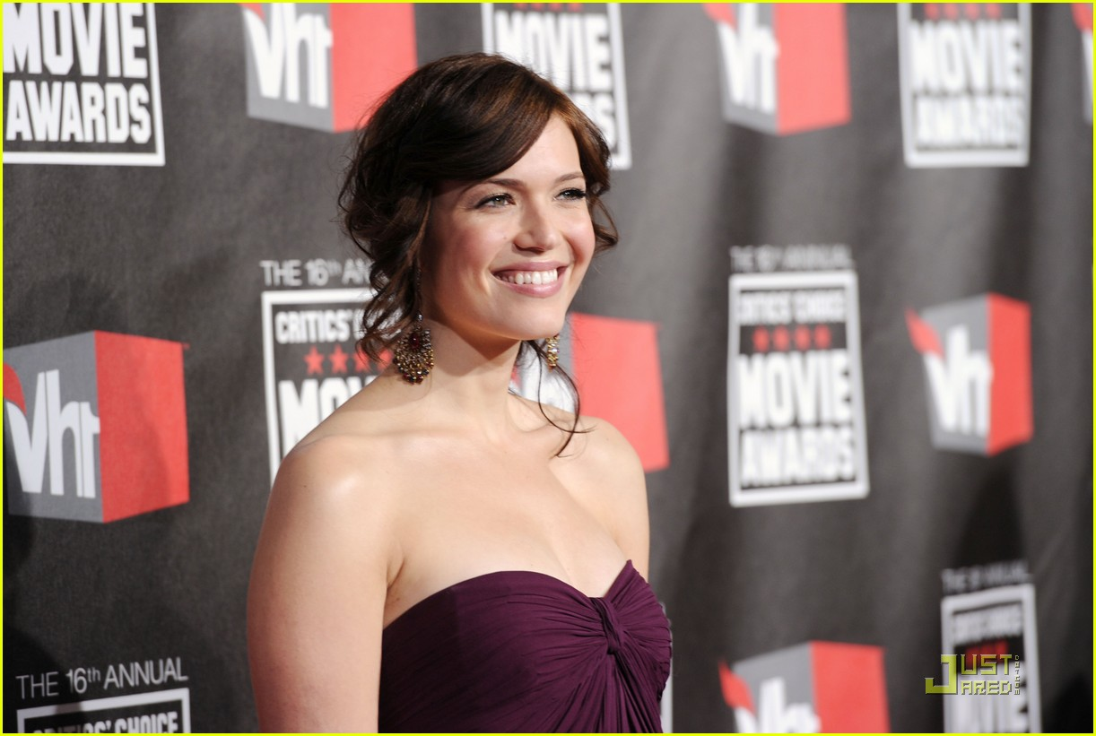 mandy moore zach levi critics choice 012511287