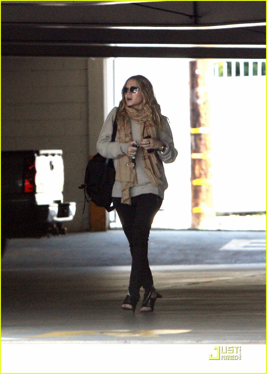 Ashley Olsen Justin Bartha Go Shopping 02