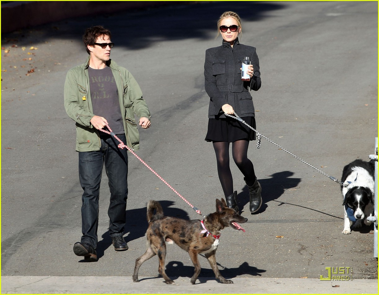 anna paquin stephen moyer dog walking 022508789
