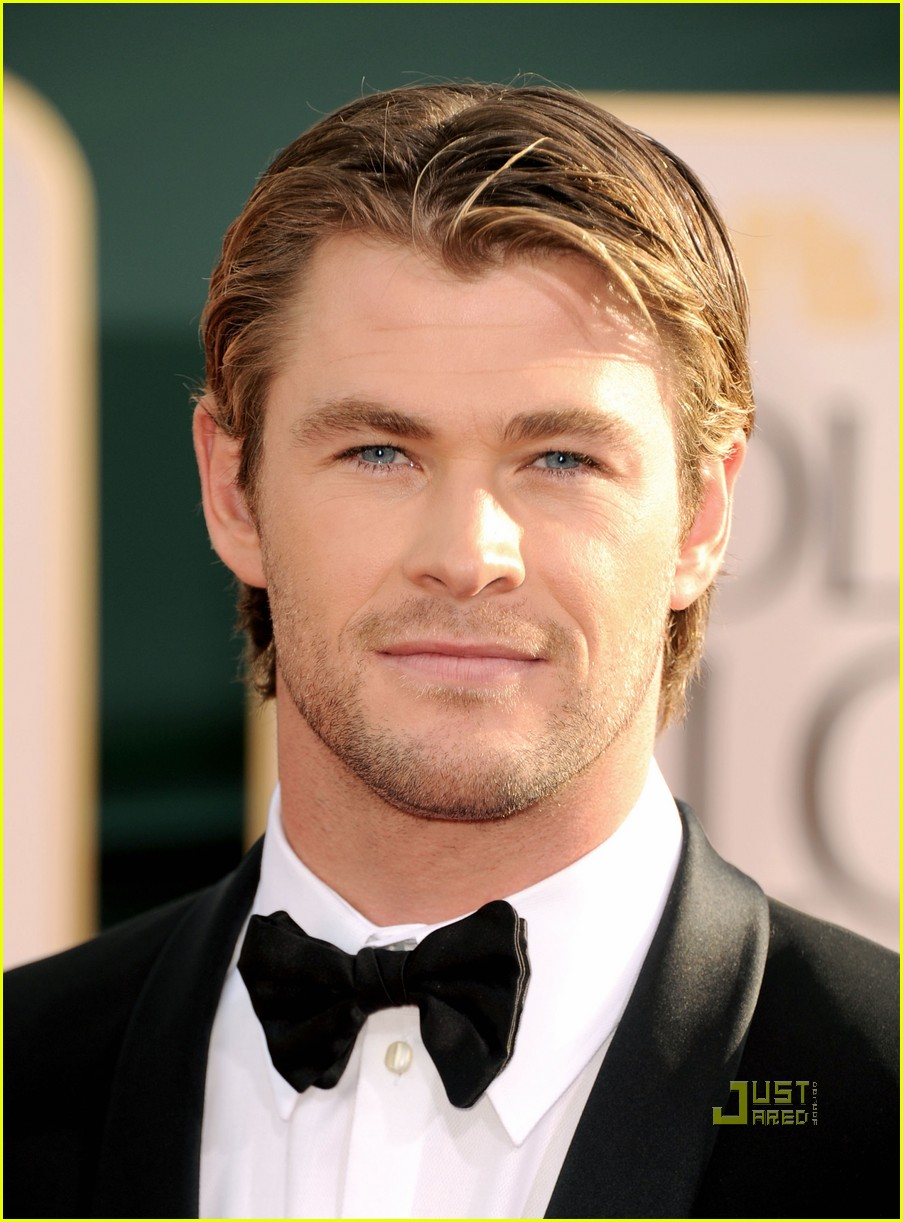 alex pettyfer chris hemsworth 2011 golden globes red carpet 03