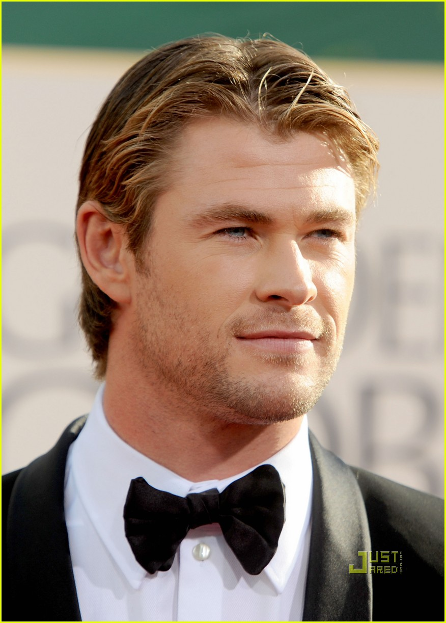alex pettyfer chris hemsworth 2011 golden globes red carpet 09