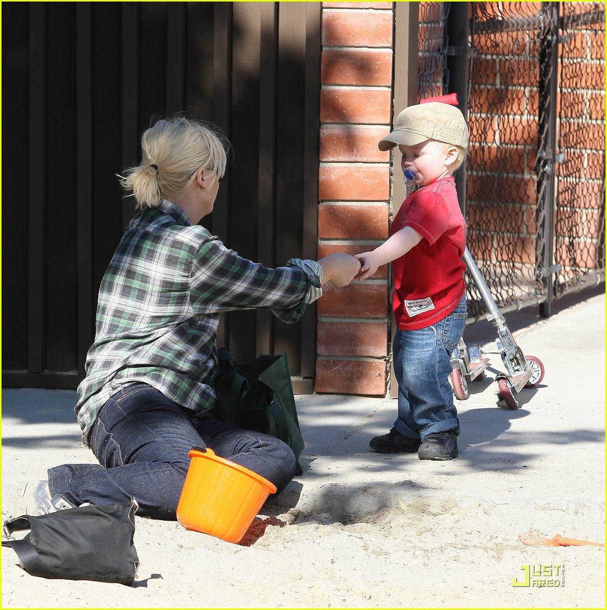 amy poehler playdate with archie 042515181