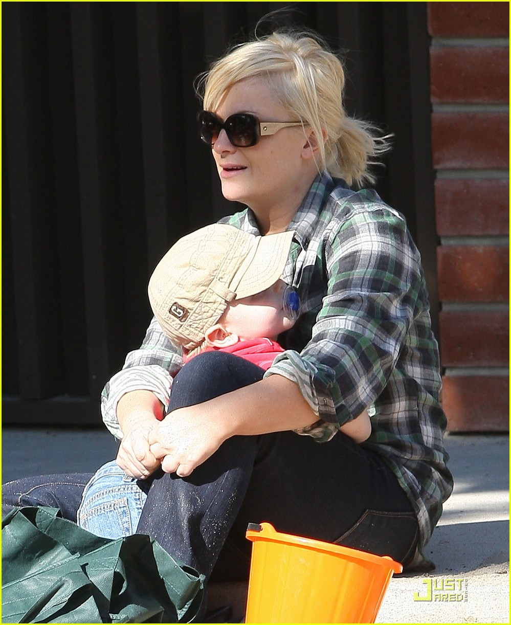 amy poehler playdate with archie 102515187