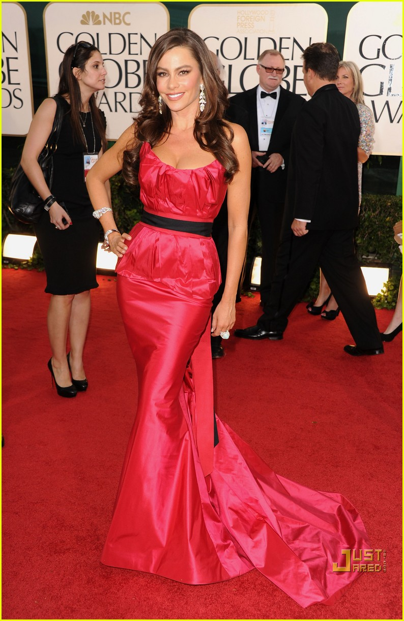 sofia vergara julia bowen golden globes red carpet 2011 09