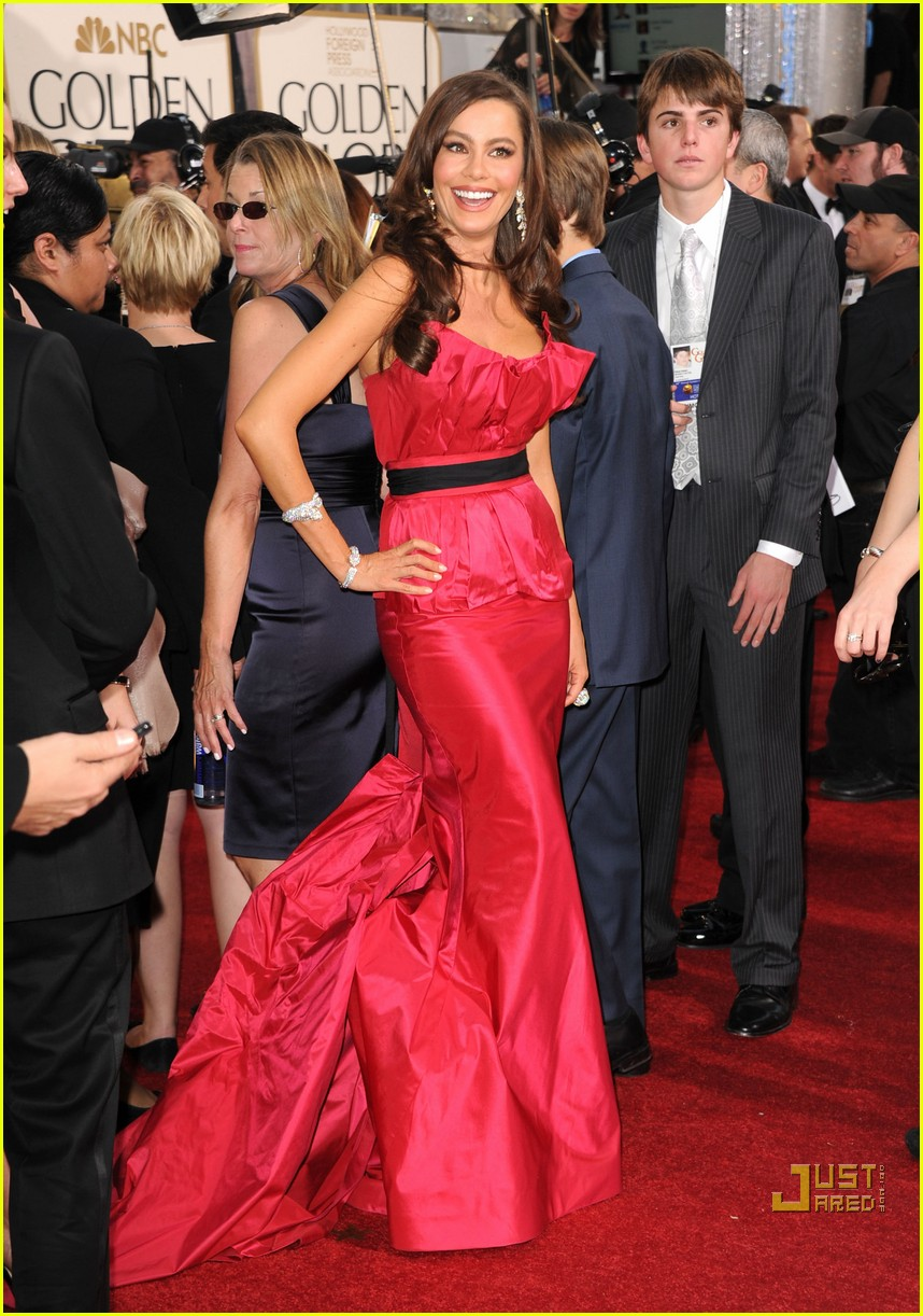 sofia vergara julia bowen golden globes red carpet 2011 12