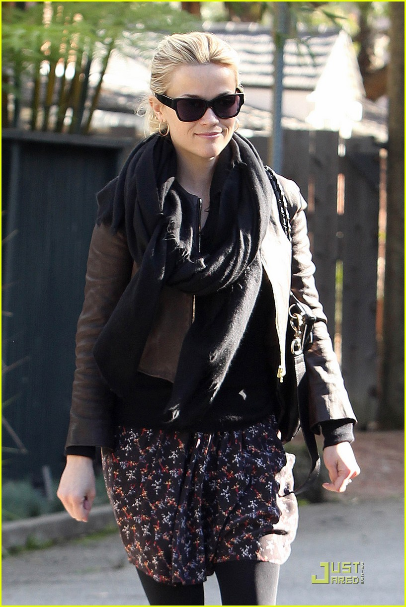 reese witherspoon glowing in brentwood 032508380