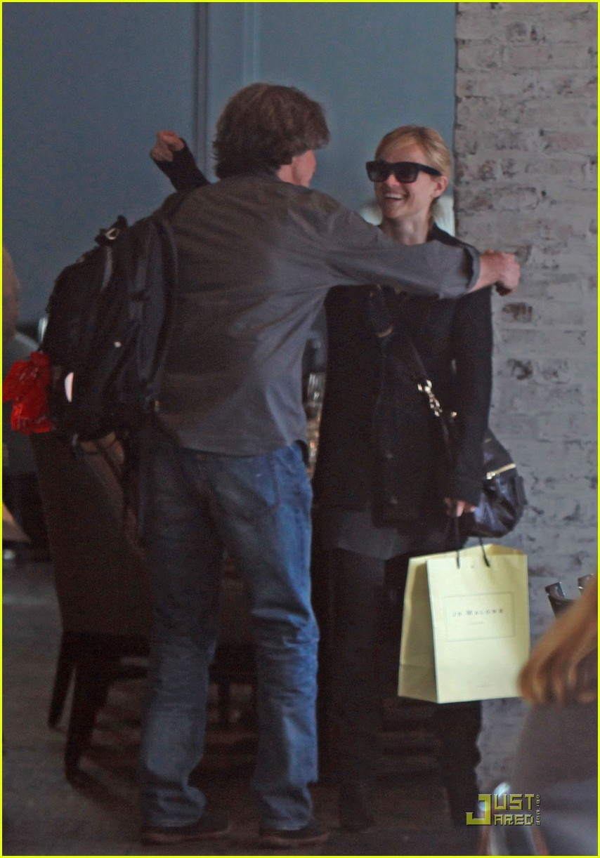 reese witherspoon hugs it out at tavern 012510915