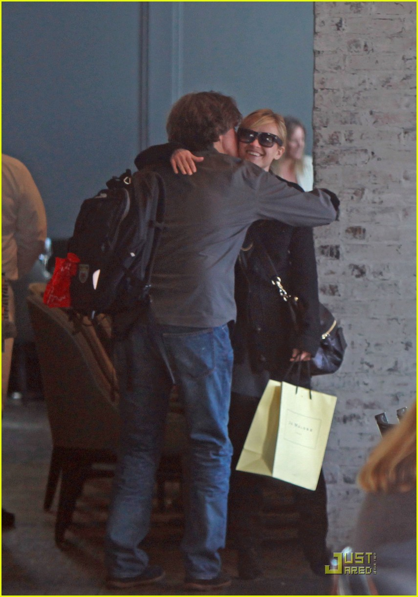 reese witherspoon hugs it out at tavern 02