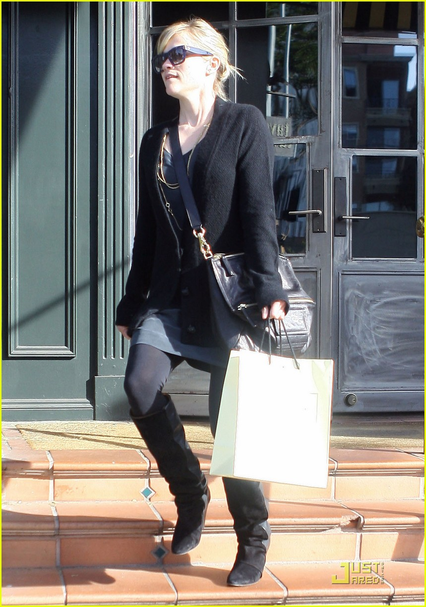 reese witherspoon hugs it out at tavern 092510923