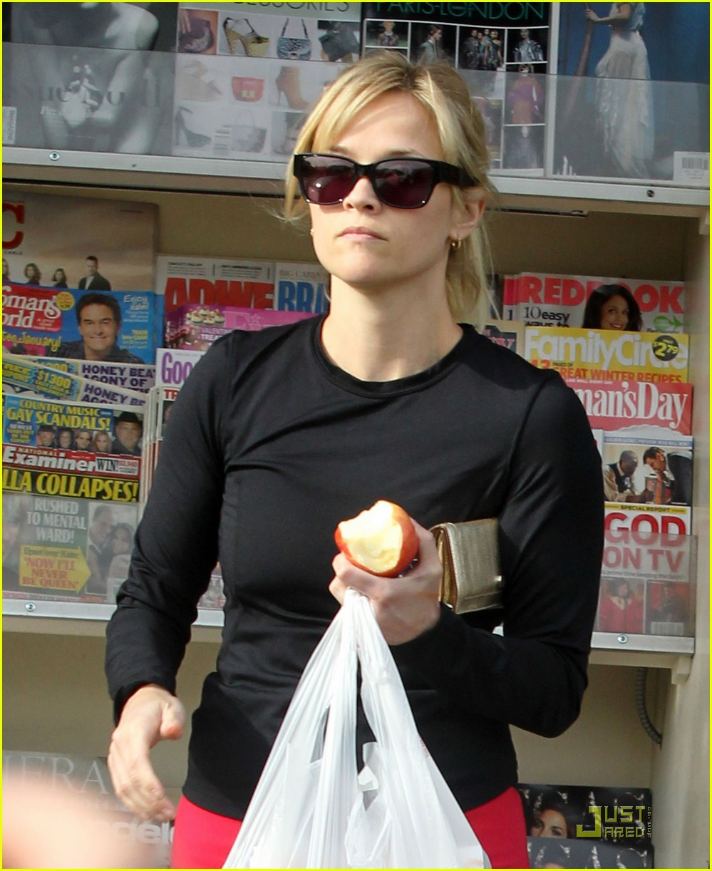 reese witherspoon stocks up on magazines 03
