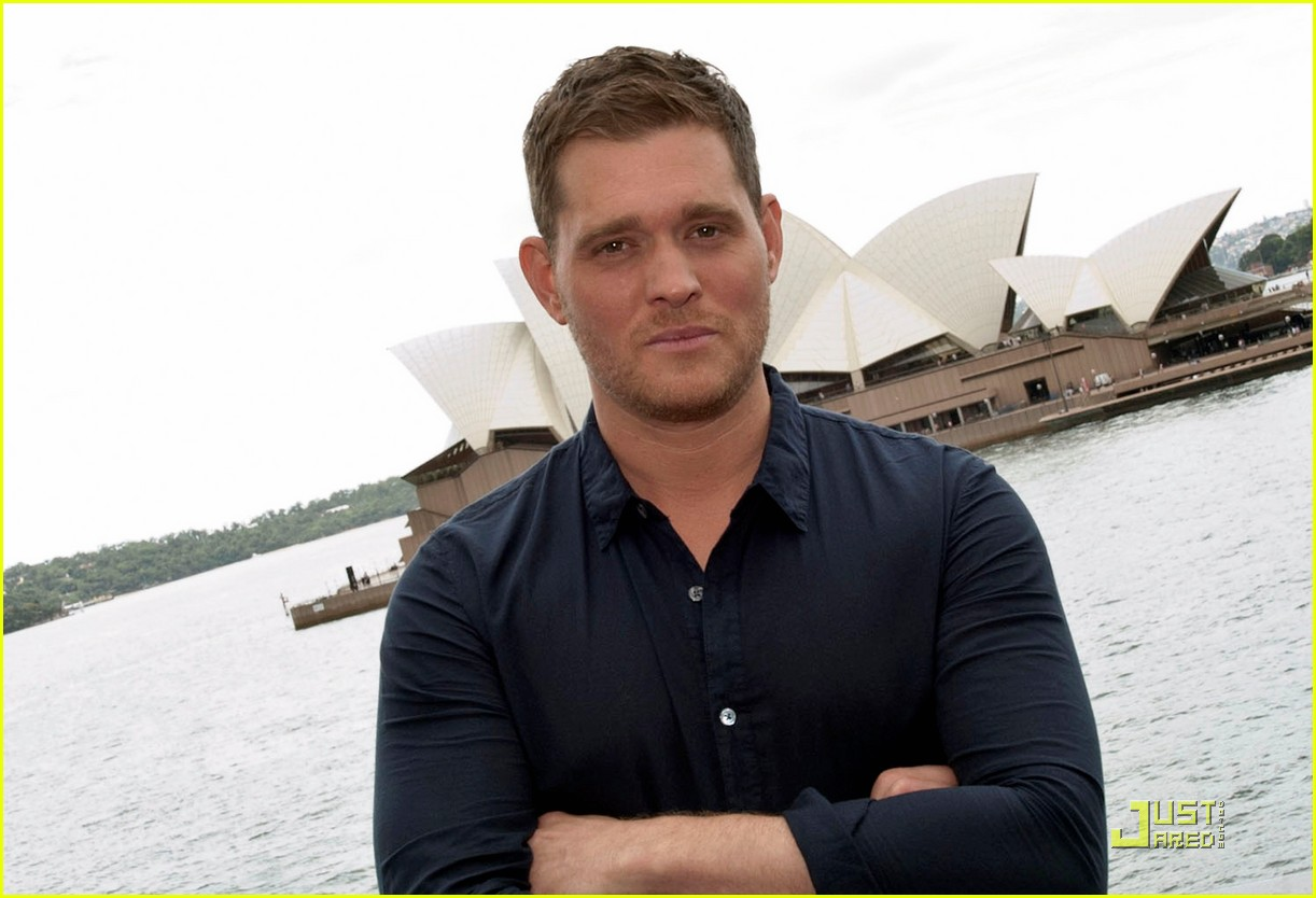 michael buble brings crazy love down under 042518346