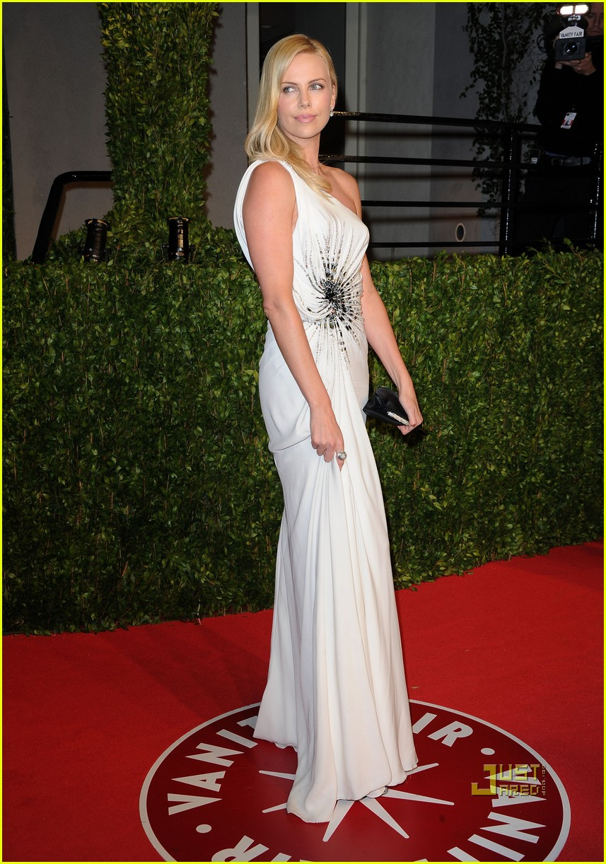 charlize theron vanity fair oscars party 2011 042524068